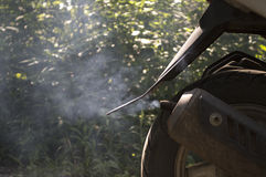 Καπνός από το σωλήνα εξάτμισης ενός μοτοποδηλάτου Στοκ εικόνες με δικαίωμα ελεύθερης χρήσης
