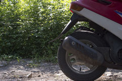 Καπνός από το σωλήνα εξάτμισης ενός μοτοποδηλάτου Στοκ Φωτογραφίες