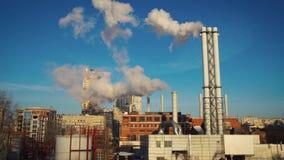 Καπνός εγκαταστάσεων παραγωγής ενέργειας Termal κοντά στη residental πόλη του Κίεβου περιοχής απόθεμα βίντεο