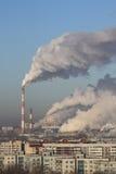 Καπνός εξατμίσεων εγκαταστάσεων θερμικής παραγωγής ενέργειας στην ατμόσφαιρα στοκ εικόνα με δικαίωμα ελεύθερης χρήσης