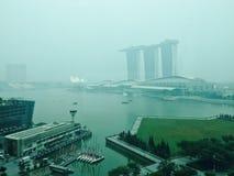 καπνός ελαφριάς ομίχλης στη Σιγκαπούρη λόγω των δασικών πυρκαγιών σε Indoneasia: άποψη του κόλπου μαρινών Στοκ Εικόνα