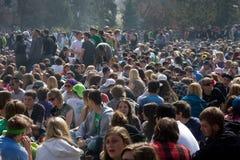 καπνός ημέρας 420 πλήθους Στοκ εικόνες με δικαίωμα ελεύθερης χρήσης