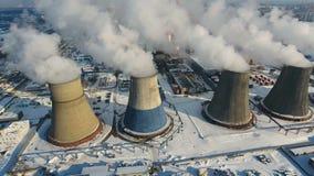 Καπνός και ατμός από τις καπνοδόχους ισχύς βιομηχανικών φυτών Μόλυνση, ρύπανση, σφαιρική έννοια θέρμανσης απόθεμα βίντεο