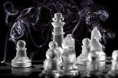 Καπνός και βασιλιάς στον πίνακα σκακιού γυαλιού Στοκ Εικόνες