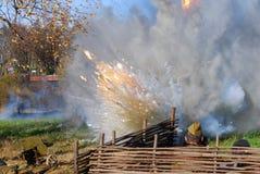 Καπνός και πυρκαγιά στο πεδίο μάχη Στοκ φωτογραφίες με δικαίωμα ελεύθερης χρήσης