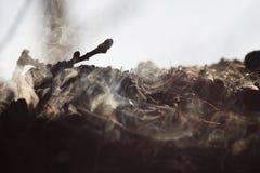 Καπνός και τέφρες της μακροχρόνιας έκθεσης φωτιών μακροεντολή κινηματογραφήσεων σε πρώτο πλάνο στοκ εικόνες