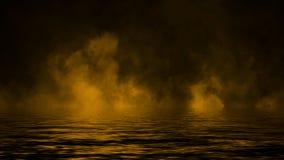 Καπνός με την αντανάκλαση στο νερό Κίτρινο υπόβαθρο επικαλύψεων σύστασης ομίχλης μυστηρίου ελεύθερη απεικόνιση δικαιώματος