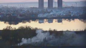 Καπνός πέρα από την πόλη απόθεμα βίντεο