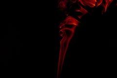 Καπνός που απομονώνεται στη μαύρη ανασκόπηση στοκ φωτογραφία