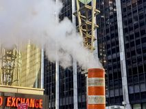 Καπνός που βγαίνει από τις καπνοδόχους και τους υπονόμους σε NYC στοκ εικόνες με δικαίωμα ελεύθερης χρήσης