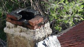Καπνός που προέρχεται από την καπνοδόχο στην κορυφή στεγών σπιτιών φιλμ μικρού μήκους