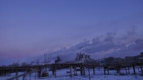 Καπνός που προέρχεται από τις καπνοδόχους μιας μεγάλης βιομηχανικής επιχείρησης Timelapse Ηλιοβασίλεμα σε μια μεγάλη βιομηχανική  Στοκ εικόνες με δικαίωμα ελεύθερης χρήσης