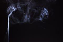 Καπνός ραβδιών θυμιάματος που απομονώνεται Στοκ φωτογραφία με δικαίωμα ελεύθερης χρήσης
