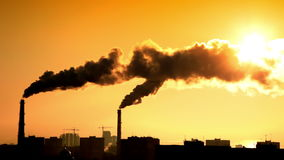 Καπνός στο ηλιοβασίλεμα απόθεμα βίντεο