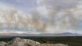 Καπνός timelapse στο μπλε ουρανό συσκευάζοντας ρύπανση περιβάλλοντος απόθεμα βίντεο