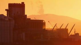 Καπνώδης βιομηχανική δυνατότητα στο ηλιοβασίλεμα φιλμ μικρού μήκους