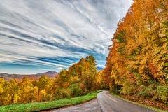 Καπνώδης δρόμος βουνών στο απόγευμα φθινοπώρου στοκ εικόνες