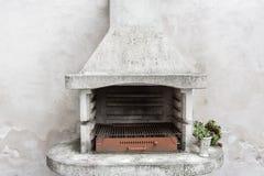 Καπνώδης παλαιός φούρνος τούβλου υπαίθριος με τις τέφρες μέσα Παλαιά θερμάστρα κήπων σχάρα χρησιμοποιήσιμη για BBQ patio Βιέννη,  Στοκ Φωτογραφίες