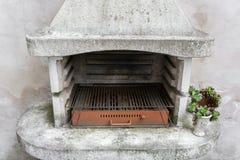 Καπνώδης παλαιός φούρνος τούβλου υπαίθριος με τις τέφρες μέσα Παλαιά θερμάστρα κήπων σχάρα χρησιμοποιήσιμη για BBQ patio Βιέννη,  Στοκ εικόνες με δικαίωμα ελεύθερης χρήσης