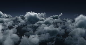 Καπνώδη σύννεφα σε έναν σκοτεινό ουρανό απόθεμα βίντεο