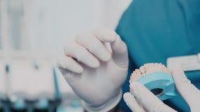 καπλαμάς Ο οδοντίατρος συμβουλεύει τον ασθενή και παρουσιάζει Orthodontics πρότυπο απόθεμα βίντεο