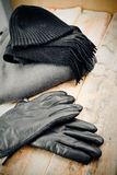 ΚΑΠ και γάντια σε ένα ξύλινο υπόβαθρο Στοκ φωτογραφία με δικαίωμα ελεύθερης χρήσης