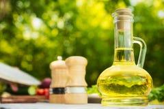 Καράφα γυαλιού με την ελιά πετρελαίου Στοκ εικόνα με δικαίωμα ελεύθερης χρήσης