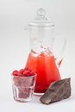 Καράφα γυαλιού με το χυμό, τη σοκολάτα και τον πάγο σμέουρων Στοκ φωτογραφία με δικαίωμα ελεύθερης χρήσης