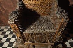 Καρέκλα βασανιστηρίων με τις λεπτομέρειες κινηματογραφήσεων σε πρώτο πλάνο ακίδων Στοκ Εικόνες