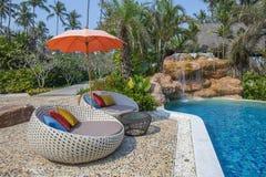 Καρέκλα και ομπρέλα παραλιών στην τροπική πισίνα παραλιών πλησίον στην ηλιόλουστη ημέρα, Ταϊλάνδη στοκ εικόνα με δικαίωμα ελεύθερης χρήσης