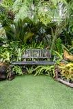 Καρέκλα μετάλλων στον κήπο Στοκ Φωτογραφίες
