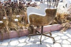 Καρέκλα μετάλλων σχεδιαστών με τα καρφιά και σκουριά με τις ρόδες στοκ εικόνες με δικαίωμα ελεύθερης χρήσης