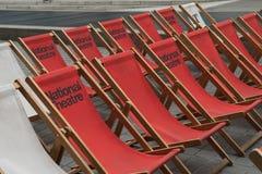 Καρέκλες γεφυρών που τακτοποιούνται στις σειρές Στοκ Εικόνα