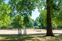 Καρέκλες γεφυρών στο πάρκο του ST James στο καλοκαίρι στοκ φωτογραφία με δικαίωμα ελεύθερης χρήσης