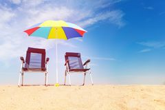 Καρέκλες και ομπρέλα θαλάσσης γεφυρών στην τροπική παραλία Στοκ φωτογραφία με δικαίωμα ελεύθερης χρήσης