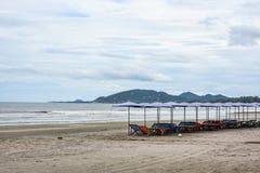 Καρέκλες και ομπρέλες παραλιών στην παραλία άμμου Στοκ Φωτογραφία