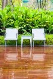 Καρέκλες και πίνακας ινδικού καλάμου στον κενό κήπο στοκ εικόνες