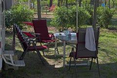 Καρέκλες και πίνακας στρατοπέδευσης στοκ φωτογραφίες
