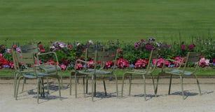 Καρέκλες και σκιές κήπων που τακτοποιούνται στους λουξεμβούργιους κήπους, Παρίσι στοκ φωτογραφία
