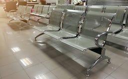 Καρέκλες πελατών που περιμένουν τους υπαλλήλους τραπεζών στην Ταϊλάνδη, queu Στοκ φωτογραφία με δικαίωμα ελεύθερης χρήσης