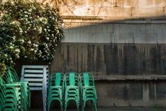 Καρέκλες που τοποθετούνται πράσινες μπροστά από την εκκλησία στοκ εικόνες