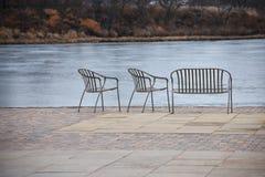 Καρέκλες Patio που αγνοούν τη λίμνη Στοκ Φωτογραφία