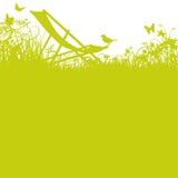 Καρέκλα γεφυρών με το πουλί στον κήπο Στοκ Φωτογραφία