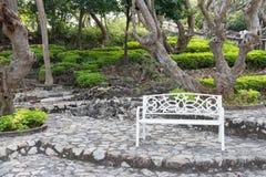 Καρέκλα επεξεργασμένου σιδήρου στον κήπο Στοκ Φωτογραφία