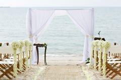Καρέκλα διακοσμήσεων λουλουδιών στο γαμήλιο τόπο συναντήσεως παραλιών Στοκ Εικόνες