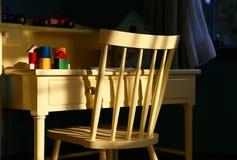 καρέκλα και ο πίνακας που το φως ανάβει επάνω Στοκ φωτογραφία με δικαίωμα ελεύθερης χρήσης