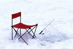Καρέκλα και πόλος αλιείας πάγου στοκ φωτογραφία