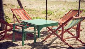 Καρέκλα παραλιών κάτω από το δέντρο στην άμμο παραλιών Στοκ φωτογραφία με δικαίωμα ελεύθερης χρήσης