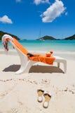 Καρέκλα παραλιών με το πορτοκαλί ποτό πετσετών και καρύδων Στοκ Εικόνες