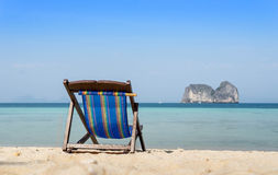 Καρέκλα παραλιών στην άποψη άμμου και θάλασσας Στοκ Εικόνες